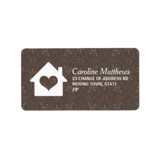 Casa con el corazón en fondo marrón del damasco etiqueta de dirección