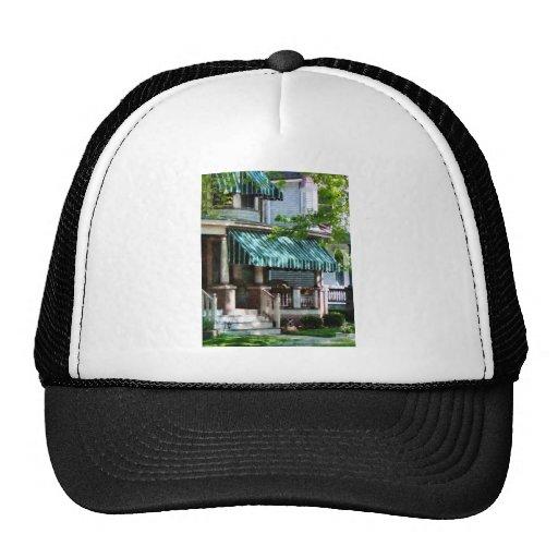 Casa con el toldo rayado verde gorras