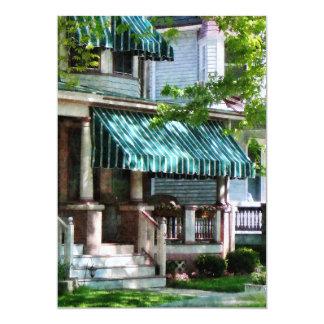 Casa con el toldo rayado verde comunicado personal
