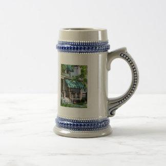 Casa con el toldo rayado verde tazas de café