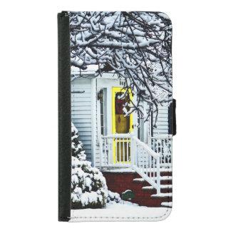 Casa con la puerta amarilla en invierno