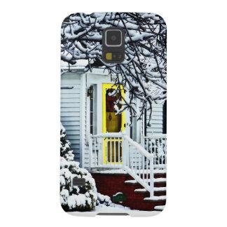 Casa con la puerta amarilla en invierno carcasa de galaxy s5