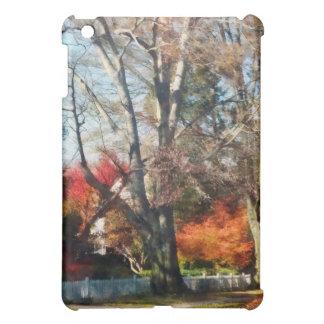 Casa con la valla de estacas en otoño