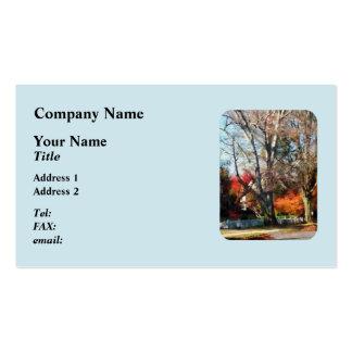 Casa con la valla de estacas en otoño tarjeta personal