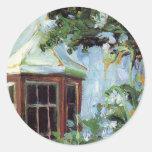 Casa con una ventana salediza en el jardín etiqueta redonda
