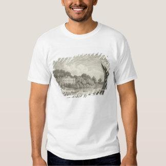 Casa de campo con el lago y los barcos camisas