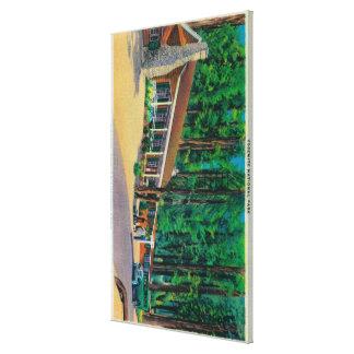 Casa de campo grande de los árboles en la arboleda impresión en tela