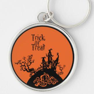 Casa de Halloween del truco o de la invitación Llavero Redondo Plateado