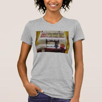 Casa de la granja con la máquina de coser tshirts