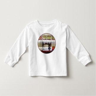 Casa de la granja con la máquina de coser tee shirt