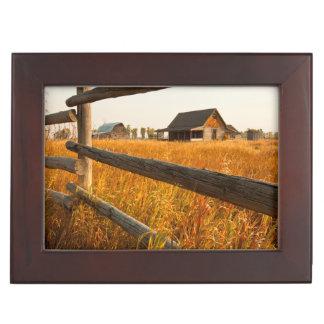 Casa de la granja y cerca de carril en Teton Cajas De Recuerdos