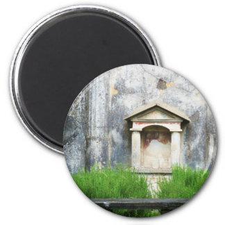 Casa de la pequeña fuente pagana imán redondo 5 cm