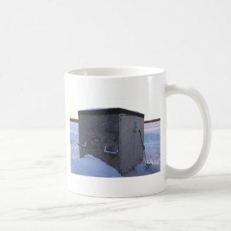 Casa de la pesca del hielo en la oscuridad taza de café