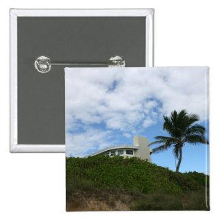 Casa de playa en la colina con el cielo y la palme pin cuadrada 5 cm
