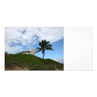 Casa de playa en la colina con el cielo y la palme tarjetas fotograficas personalizadas
