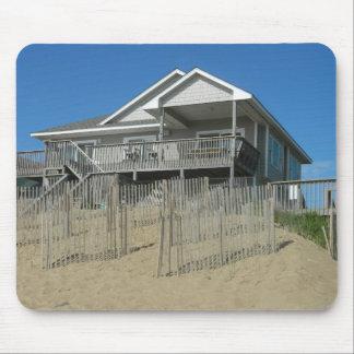 Casa de playa en una duna de arena alfombrilla de raton