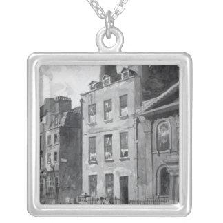 Casa de sir Isaac Newton Collar Plateado