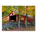 Casa del azúcar de arce en otoño postal