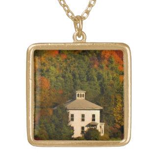 Casa del otoño de Nueva Inglaterra con el collar
