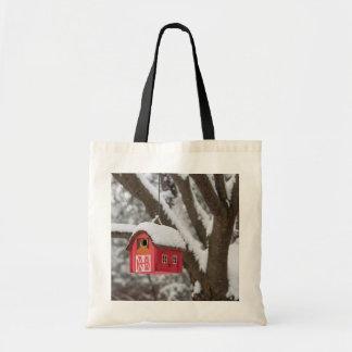 Casa del pájaro en árbol en invierno