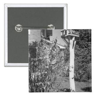Casa del pájaro en jardín pin cuadrado