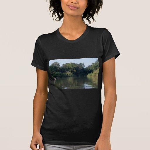 Casa del río del silbido de bala de Mae Camiseta