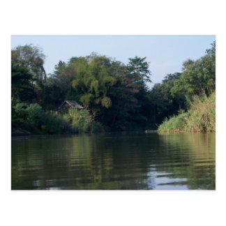 Casa del río del silbido de bala de Mae Tarjeta Postal