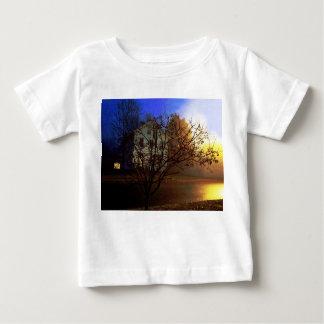 Casa en el árbol - oro y gloria azul poleras