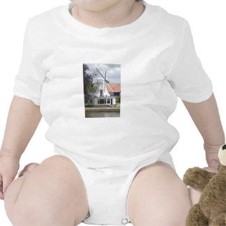 Casa en el estilo de un molino de viento en Norfol Camiseta