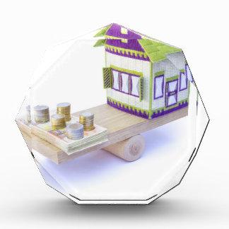 Casa en equilibrio con la pila de monedas y de