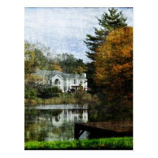 Casa en la charca con los árboles del otoño tarjetas postales