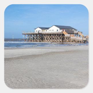 Casa en los zancos en la playa de San Pedro Ording Pegatina Cuadrada