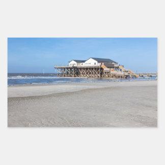 Casa en los zancos en la playa de San Pedro Ording Pegatina Rectangular