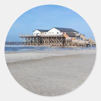 Casa en los zancos en la playa de San Pedro Ording Pegatina Redonda