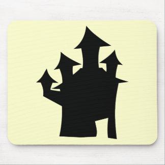 Casa encantada con cuatro torres tapetes de ratón