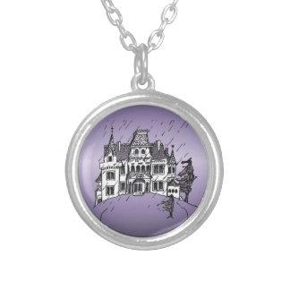 Casa encantada de Halloween con un fondo púrpura Collares Personalizados