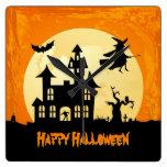 Casa encantada del claro de luna de Halloween en c Relojes