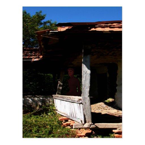 Casa encantada dilapidada postales