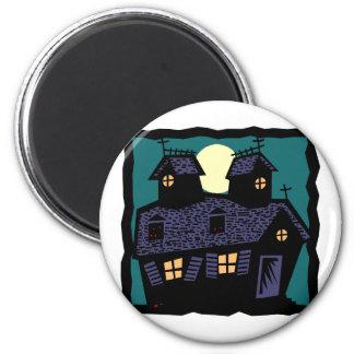 Casa encantada en la noche imán redondo 5 cm