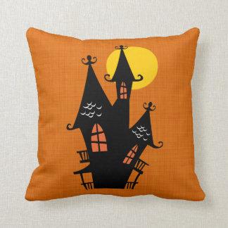 Casa encantada retra de Halloween Almohada