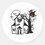 Casa encantada y bruja de Halloween Pegatinas Redondas