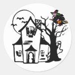 Casa encantada y bruja de Halloween Pegatina Redonda
