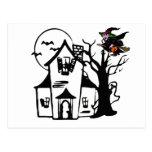 Casa encantada y bruja de Halloween Postal