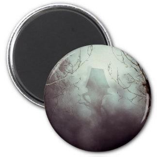 Casa fantasmagórica de la bruja en niebla imán redondo 5 cm