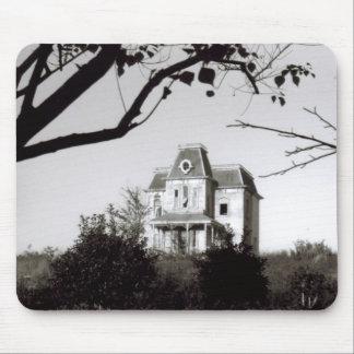 Casa fantasmagórica en la colina alfombrilla de ratones