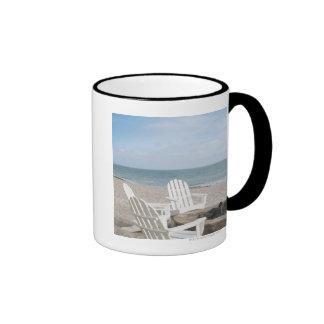 casa frente al mar con las sillas del adirondack y taza de dos colores