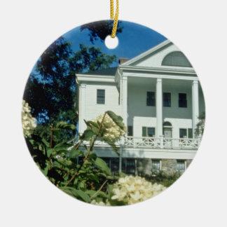 casa histórica blanca de Uniacke, flores de Nueva Adorno Navideño Redondo De Cerámica