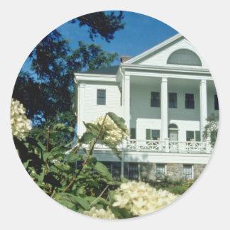 casa histórica blanca de Uniacke, flores de Nueva Pegatina Redonda