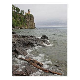 Casa ligera de la roca partida y rama resistida tarjeta postal