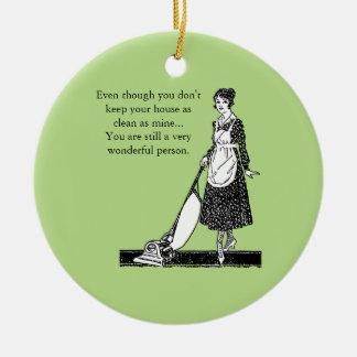 Casa limpia divertida - personalizar adorno navideño redondo de cerámica
